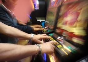 Pavia : giocatori alle Slot Machines (foto Milani)